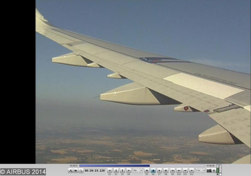 Vue en vol de l'aile avec le dispositif photovoltaïque et les capteurs.
